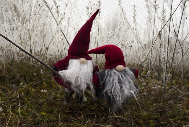 Zwei Wichtel im nebligen Gras.