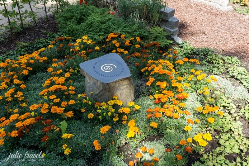 Ein kleiner polierter Grabstein mit goldendem Kreisel.