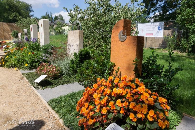 Drei Grabsteine in einer Reihe.